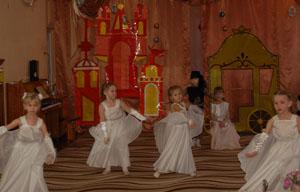 В санях сидела королева, вся белая белее мела, А рядом мальчик с ней сидел, с восторгом на неё глядел.