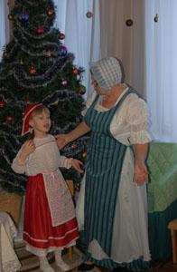 Бабушка - Откуда ты, запыхавшись, бежала? Ах, Герда, дорогая, что с тобой? Герда - Ах, Бабушка, я Кая потеряла. Королева забрала его с собой.