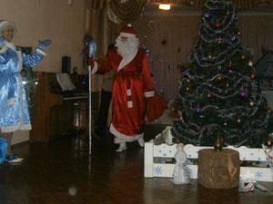 Дед Мороз  - А теперь посошком Поколдую над мешком. Ну вот, теперь и здесь подарки Для ребят в мешочках ярких.