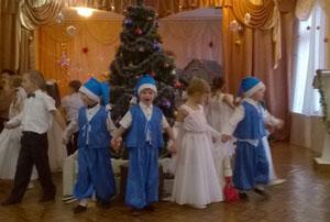 Баба Яга - Развеселите меня! В честь праздника! Тогда Снегурочка снова ваша. Дед Мороз - Ну, хорошо… А ну, ребята! Давайте покажем, как наши дети умеют веселиться!