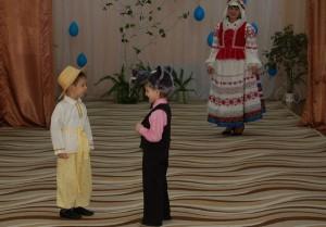 Колобок -  Качусь я по дорожке Весну красную встречать, Будем мы тогда все дружно Песни петь и танцевать! Не ешь меня, Волк.