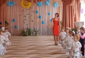 И сегодня в этом зале Мы поем про милых мам, Дорогие, эту песню От души мы дарим Вам!