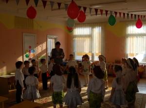 Ведущий - Дорогие дети! Сегодня у нас необычный праздник. У каждого человека есть этот замечательный день - это его день рождения. А сегодня день рождения нашей группы.