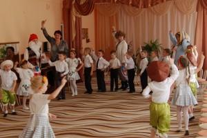 Под «Песню крокодила Гены» дети входят в музыкальный зал.