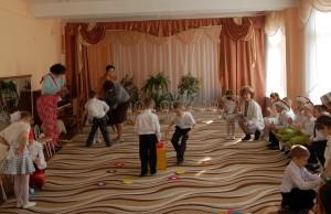 Игра «Наряди друга в конфетный наряд»