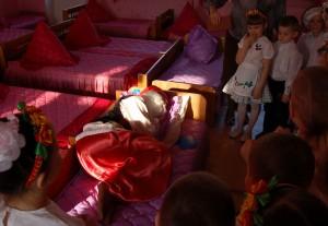 А это кто в кроватке До сих пор спит сладко?