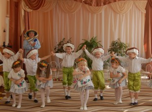 Давайте подарим группе веселый-превеселый танец!