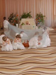 Ангел - Правильно. В этот день происходят самые настоящие чудеса. (поднимает ткань, а под ней корзинка с потерянными пасхальными яйцами) Крольчата - Случилось чудо! Она нашлась!