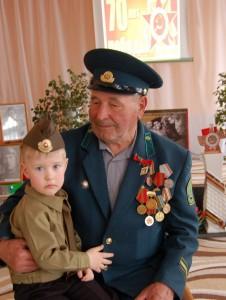 Этот святой, героический праздник Поровну делят прадед и правнук. Воинов хочет обнять вся страна, С гордостью глядя на их ордена.