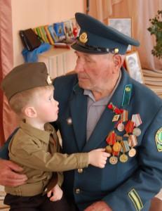 Я на деда гляжу. Что я деду скажу? Я его обниму да покрепче. Нам с тобой хорошо! Нам с тобой хорошо! Нам с тобою светлее и легче!!!