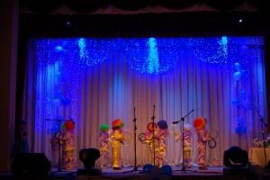 Зонтик 1 – А в королевстве  веселье царит. Кто же принцессу развеселит? Танец  «Жонглеры»