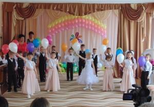 Сегодня, здесь, они красивые, нарядные, И замер праздничный наш зал! Давайте встретим их аплодисментами, Прошу вас, дети, проходите к нам!