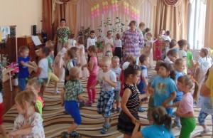 """Воспитанники средних групп от души повеселились на """"Яблочной дискотеке"""""""