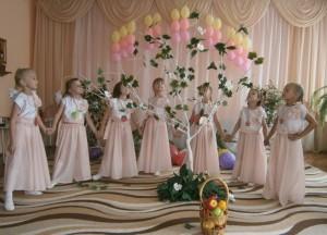 Баба Яга – Теперь - танец музыкальный, Цветочно-яблочный такой, Встань передо мной Как лист перед травой!