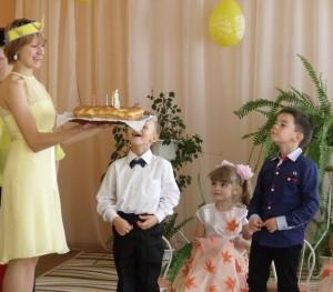 Зато из муки пшеничной Я испек пирог отличный! Всех вас в гости приглашаю  К  пирогу с горячим чаем.