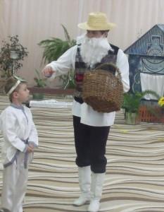 Дед - Закудрявилась петрушка: Хвалит свой листок резной, Я сорву его с макушки - Завтра вырастет другой. Ты – полезный урожай! Ко мне в корзинку полезай.