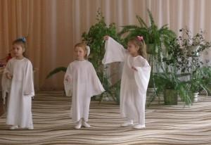 С неба Ангелы спустились, Чтоб поздравить наших мам.