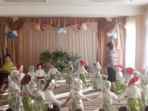 День рожденья в нашей группе – Пироги, подарки, смех – Это праздник угощенья – Приглашаю в гости всех!