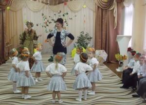 Ведущий – Посмотри, как пляшет ловко Рядом с бурачком – морковка! Танец «Морковки-невелички»