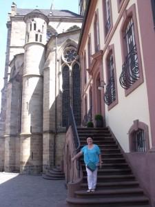 Либфрауэнкирхе. Церковь является, возможно, самой древней готической церковью Германии.  Построена она на южном фундаменте бывшей двойной церкви римской эпохи. Снаружи здание храма чем-то похоже на средневековый замок: массивный и немного мрачный.