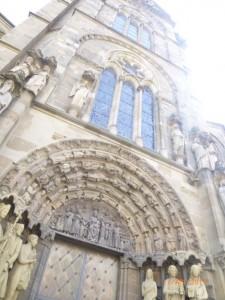 Вход в церковь украшена лепниной и статуями святых