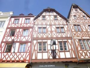 Далее экскурсия  проходила по центральной улице — Симеонштрассе. Начинается она от площади, на которой стоят фахверковые ((«пряничные домики» – так их называют) дома на Рыночной площади. Даты построек указаны на домах - 1605 и 1602 гг.