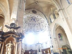 Уникален интерьер храма, сочетающий романские, готические и барочные элементы, гигантские колонны, чистоту и гармонию сводов.