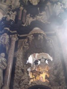 Увидеть хитон Иисуса Христа стекаются тысячи паломников со всего света раз в несколько лет на Страстную пятницу.