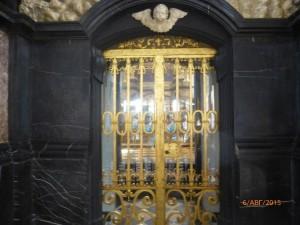 Святое одеяние хранится в специально построенной для этой цели  «часовне-святилище».Войти в нее  невозможно, однако можно помолиться у порога, за решеткой.
