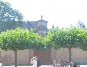В епископском музее города Трира есть древняя табличка, начала Vв., повествующая о том, как хитон по указанию святой царицы Елены прибыл в Трир. Его с торжественной процессией встретили и ввезли в город через ворота Порта Альба. Вот они.