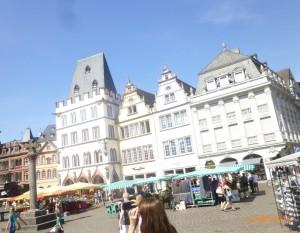 Рыночная площадь Трира, облик которой, как во многих старинных немецких городах, определяют здания зажиточных горожан эпохи Ренессанса.