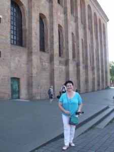 Тронный зал императора Константина, построенный около 310 года, являлся частью большого дворцового комплекса. Здание поражает своим размахом и величием. Отсюда правил римской империей Константин, здесь  венчался со своей женой Карл Маркс