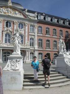 Розовый дворец курфюрстов XVIII века - еще один из символов города Трира -является видным памятником архитектуры. Прекрасное здание по праву может быть названо самым красивым в своем роде.