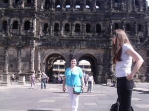Черные ворота (Porta nigra) — один из важнейших памятников римского периода, ставший символом Трира. Название ворот, построенных во 2 веке нашей эры, появилось в средневековье, когда камень почернел от времени. Это самые большие ворота римской эпохи.