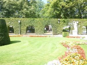 Парк с аллеями, статуями, стриженными шпалерами. Это место называют «Малым Версалем».