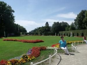 Во дворцовом парке мирно прогуливаются не только туристы, но и местные жители. Хотелось затеряться среди них и подольше побыть в этом потрясающем своей историей и красотой городе!