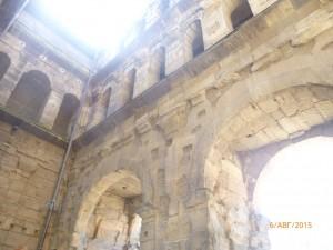 Ширина ворот — 36 метров, высота — 30, а глубина — 21,5 метров. Это самые большие и лучше всего сохранившиеся ворота на всей территории Западной Римской империи. Предназначение их - таможня - было довольно логичным, так как стояли они при въезде в город.
