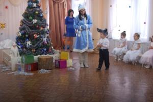 Волк - Что придумали, медведи! Наш подарок лучше, дети! Мы подарим балалайку! Скажем: «Ну, Мороз, сыграй-ка!»