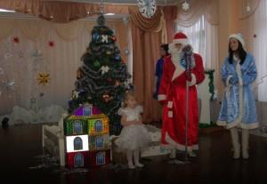 Будем вместе веселиться, песни петь и танцевать, Будем с дедушкой Морозом вместе Новый год встречать!