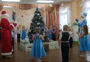 Снегурочка  - Заводите хоровод,     Дружно встретим Новый год!