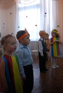 Разноцветных шариков И ярких фонариков.