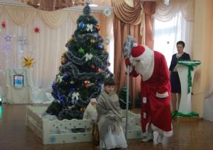 Дед Мороз - Так, идём со мной на ёлку в мой знакомый детский сад! Настенька - Как же я пойду? Ведь, надо Праздничный иметь наряд…