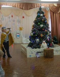 Черномор (выходит навстречу детям) - Дожидаюсь вас давно, Не боюсь я никого, Хоть я ростом маловат, Зато духом крепковат.