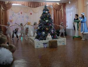 Черномор – (смотрит из-под руки вдаль) Цифры, что вы ищете, на снегу валяются, Снежные горошинки с ними забавляются: