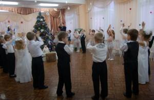 Снегурочка - Всех с Новым годом поздравляем, В хоровод встать приглашаем! Игра «Лавата»