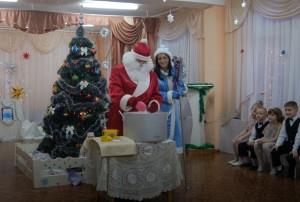 Дед Мороз – Несите мне большой котёл, Поставьте вот сюда, на стол.