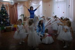 Завертелась ёлочка, Зелены иголочки, В пляс пошли снежинки, Крошки-балеринки.