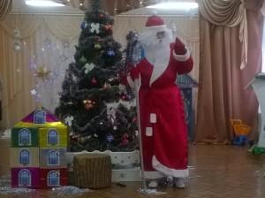 Дед Мороз - Где мои друзья-подружки?! Вы не прячьтесь друг за дружку! Выходите, попляшите, Дедушку повеселите!