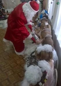 Дед Мороз – Тогда веселье начинай: Подарки детям раздавай!