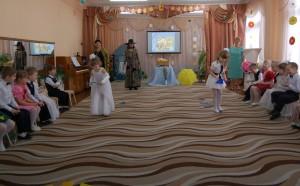 Кикимора - Конкурсы весёлые дружно начинаем: По цветным следочкам к маме пошагаем.